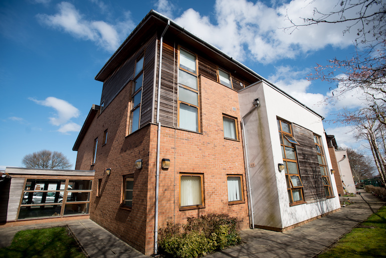 An installation was carried out for Housing 21 to improve the protection of older residents and the two-story extra care scheme's means of escape. (Plumis)